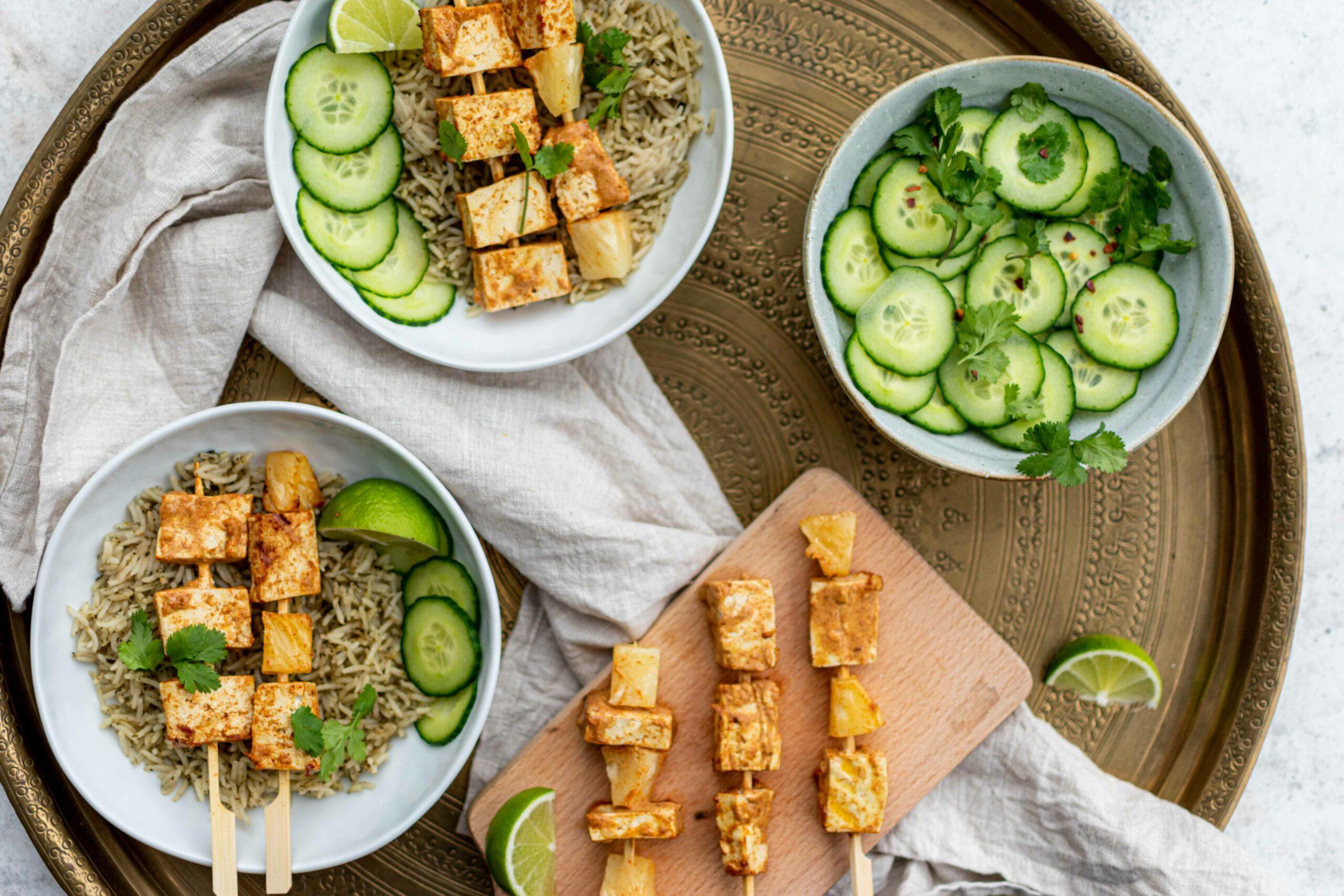 Vegetarische Tandoori Spiesjes Met Rijst en Komkommer