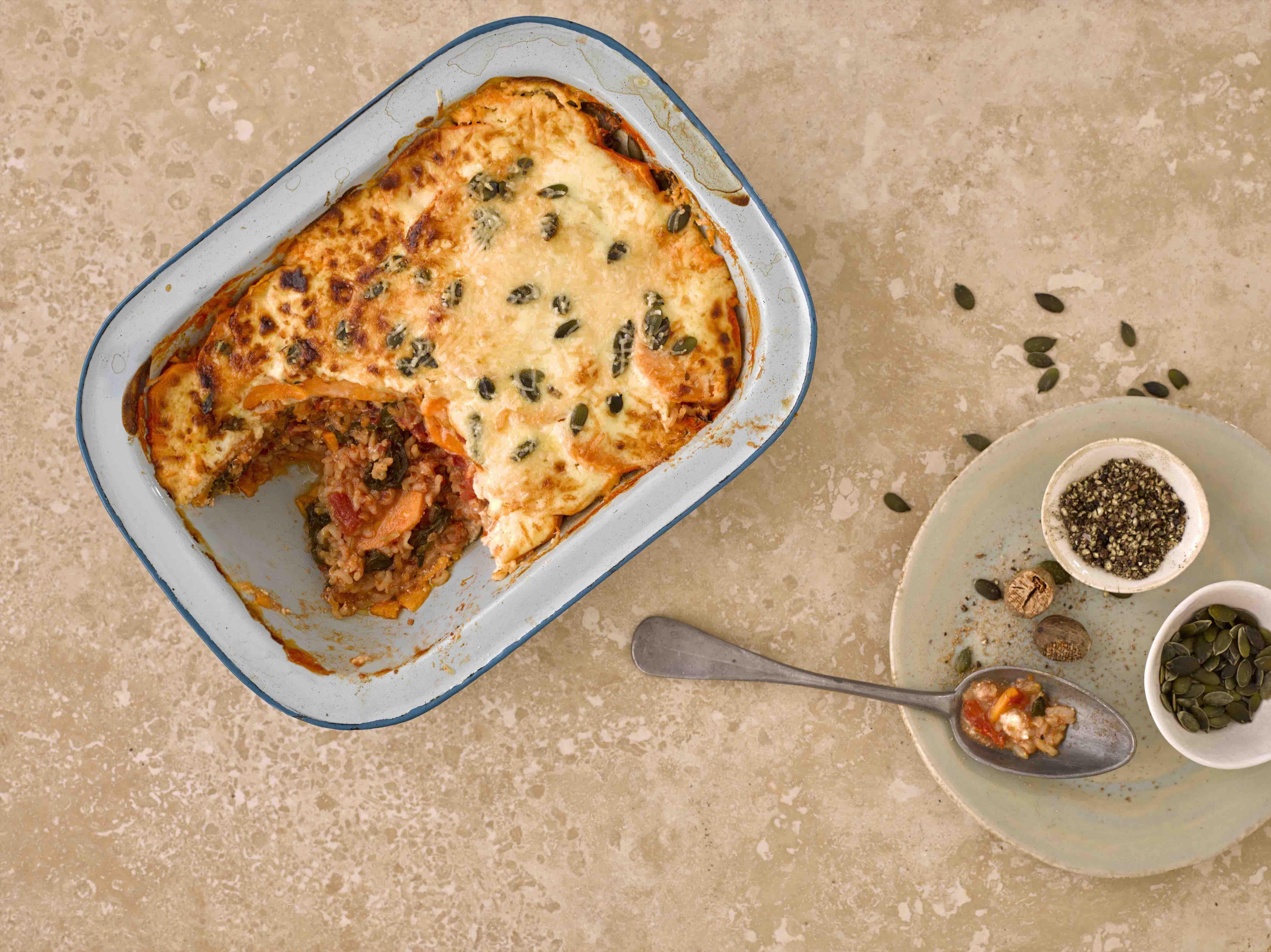 Zoete aardappel ovenschotel met tomaat en spinazie